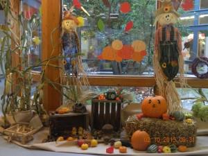 Herbstliche Dekoration vor den Atriumfenstern  im Kindergarten am Schulzentrum