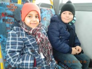 Can-Milan und Yannis im Bus