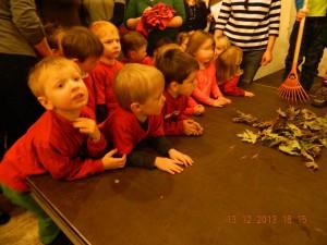 Die Sing-Kinder warten auf ihren Einsatz....