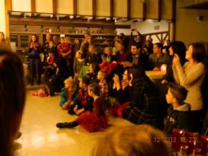 Dorfgemeinschaftshaus voller Zuschauer